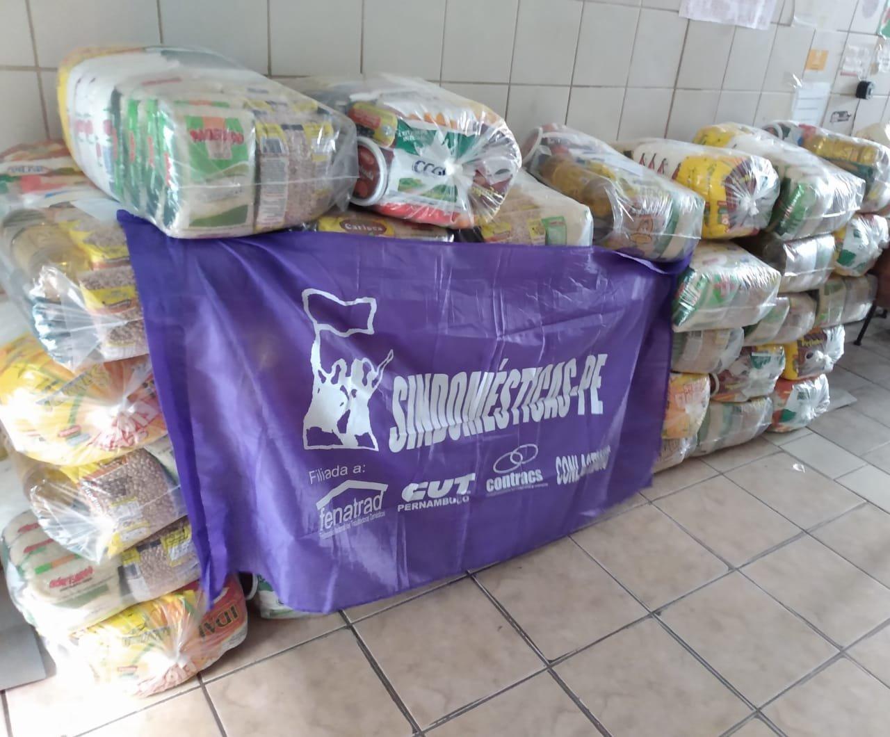Trabalhadoras domésticas recebem doações de cestas básicas