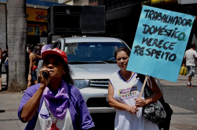 Pandemia piora as condições de trabalho na economia informal do cuidado no Brasil