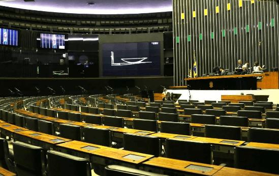 Câmara dos Deputados aprova hoje (17) emenda que garante prioridade às trabalhadoras domésticas na vacinação contra a Covid-19