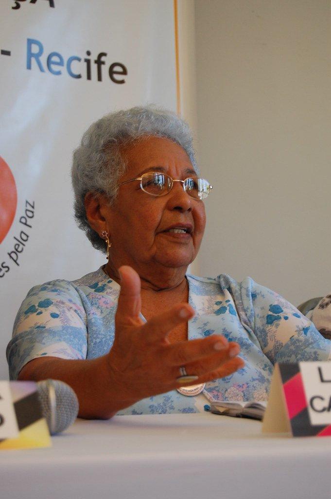 Lenira Maria de Carvalho, uma das fundadoras da FENATRAD, é homenageada com o Diploma Carlota Pereira de Queirós, da Câmara dos Deputados